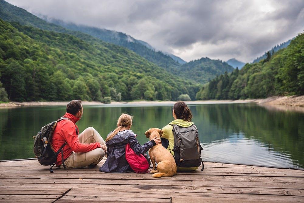 Familie beim Wandern mit Rucksack