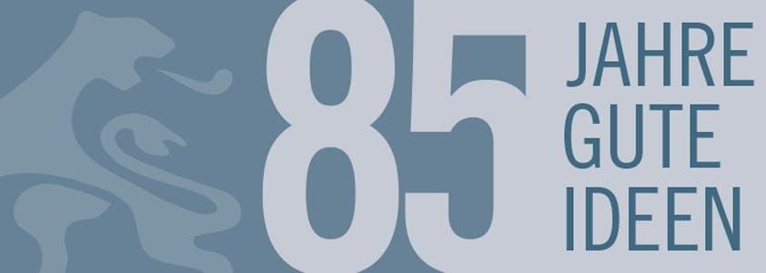Eine Zahl in grauer Schrift auf einem blauen Untergrund. Und auf blauem Untergrund ein blauer Schriftzug.