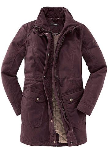 Lange Jacke in Lila mit zwei Taschen.