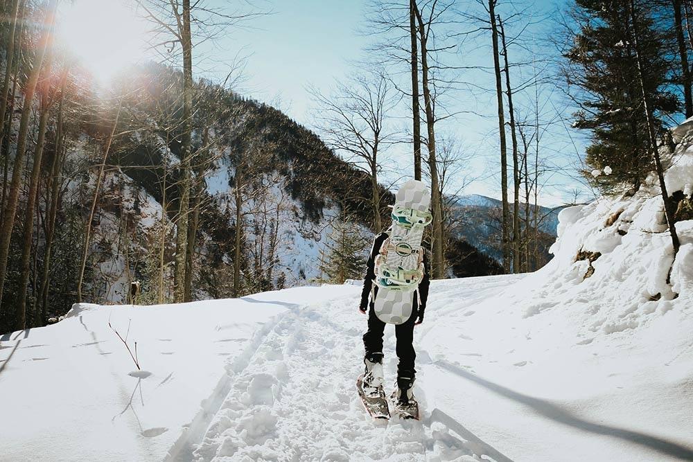 Aufstieg beim Tourengehen mit Snowboard