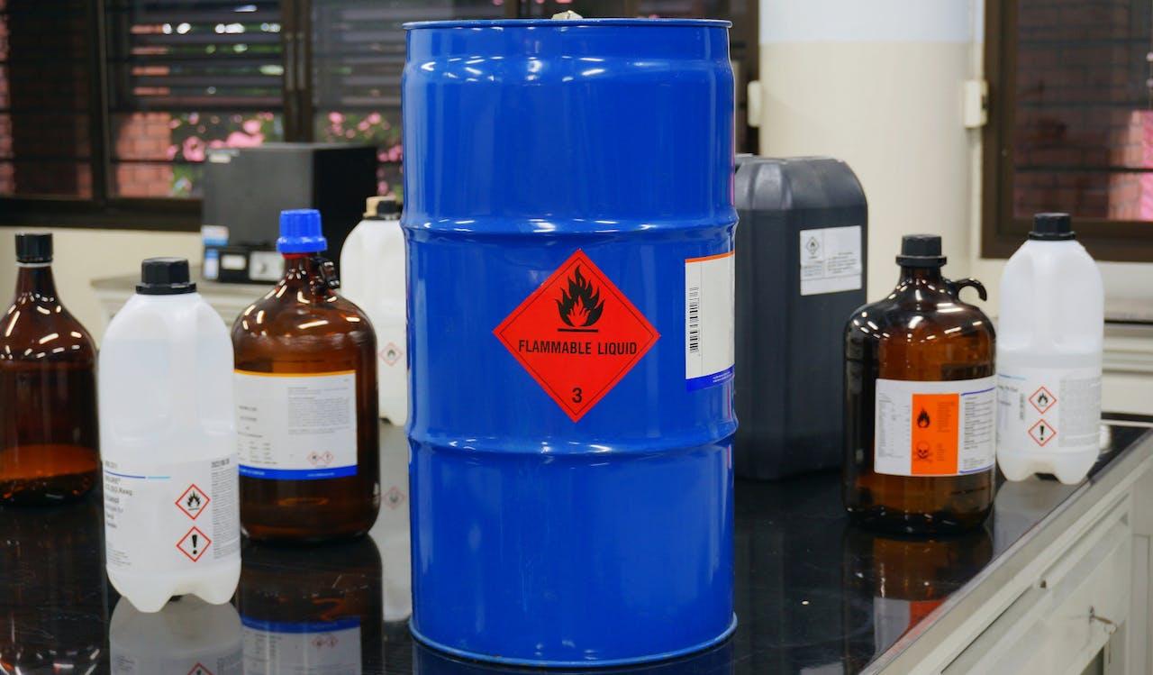 Gefahrgut Flaschen und Kanister