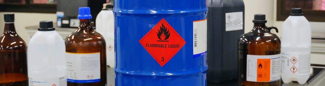 Gefahrgutflaschen und Tonne