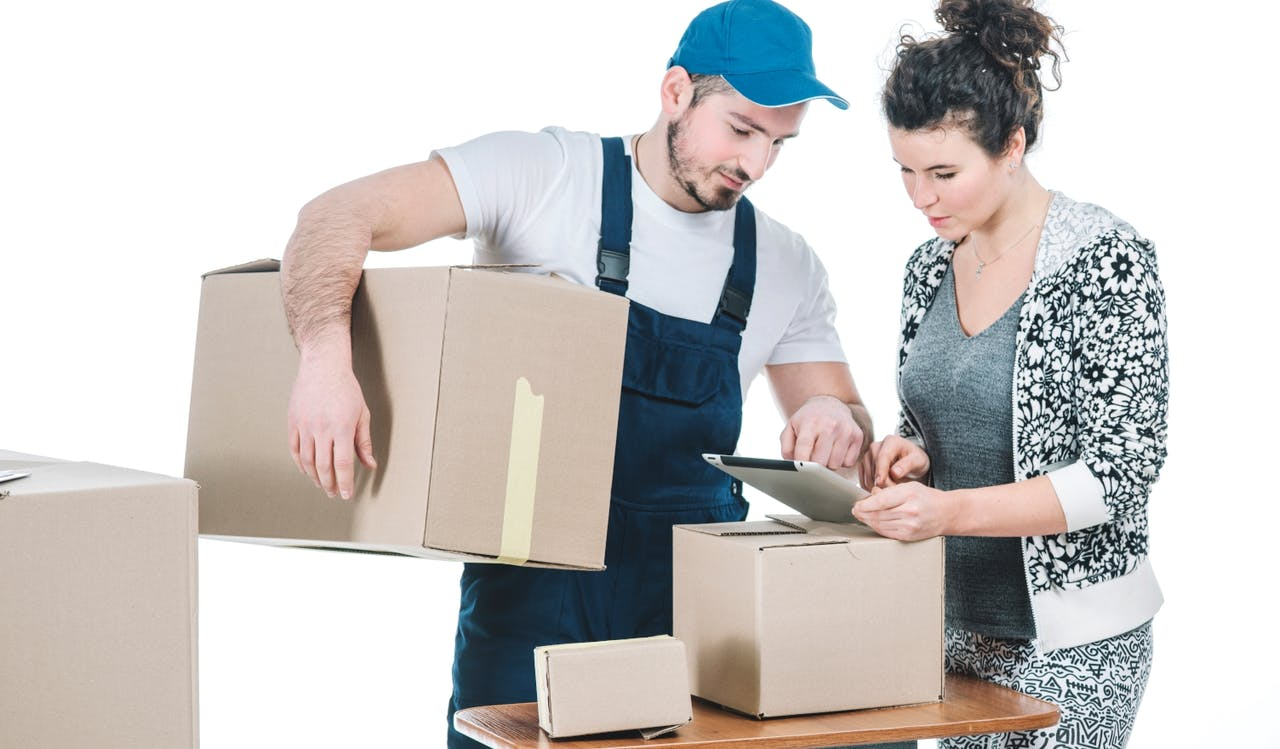 Mann und Frau Pakete Beratung
