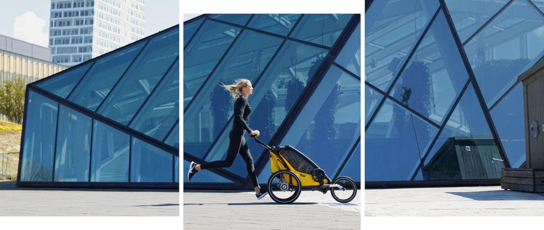 Donna che corre con rimorchio posto frontalmente in ambiente urbano