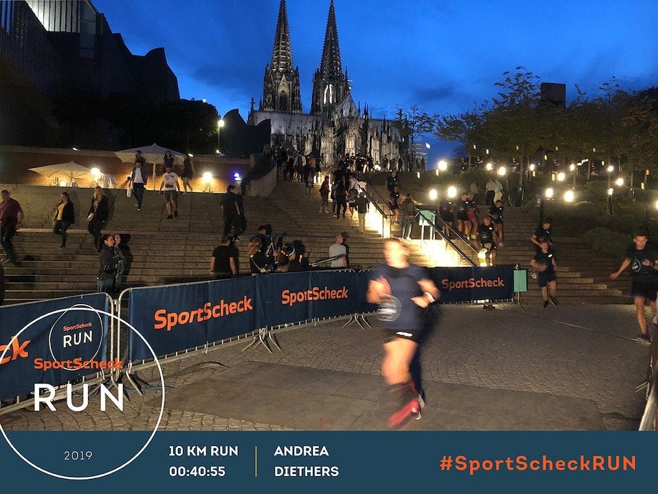 Andrea Diethers beim SportScheck RUN vor dem Kölner Dom