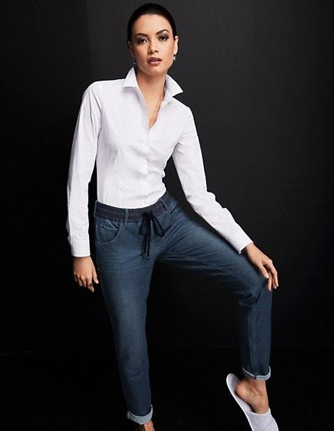 Kombinieren Sie den klassischen Look einer eleganten Hemdbluse mit der optimalen Passform eines Bodys.