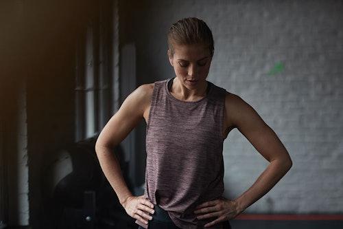 Frau beim Workout im Fitnessstudio