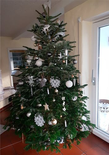Weiß geschmückter Tannenbaum