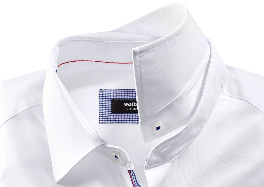Weißes Hemd_knöpfbarer Kent-Kragen
