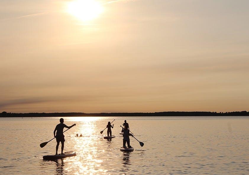 Menschen_Sonnenuntergang_stand-up-paddling