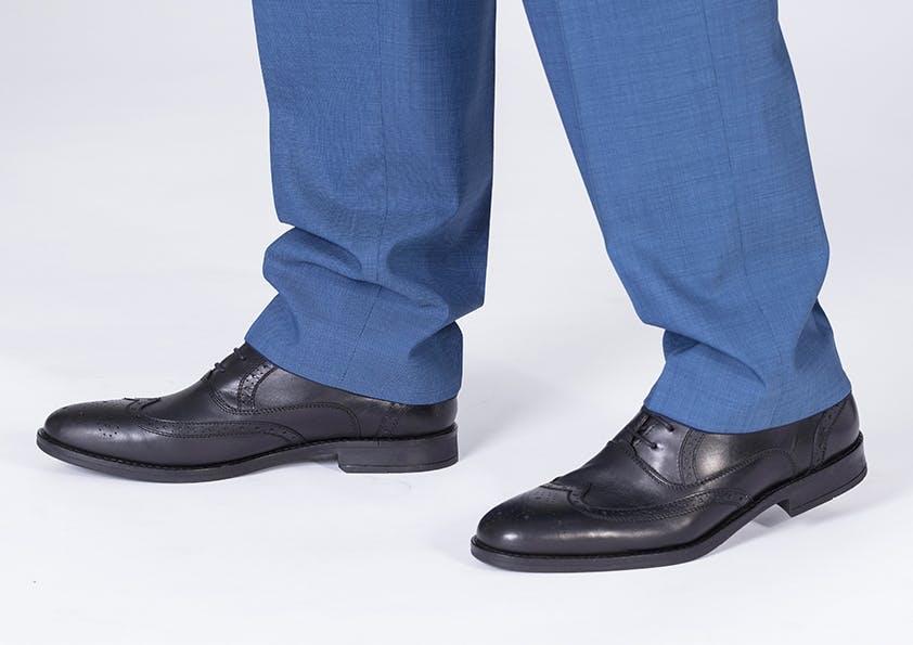 Mann im anzug – Hosenbeine zu lang