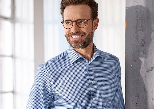 Mann mit Brille im Karo-Hemd