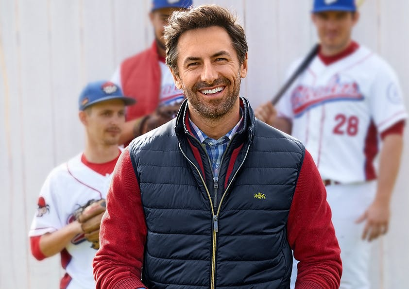 MMann in Weste mit Baseball-Mannschaft
