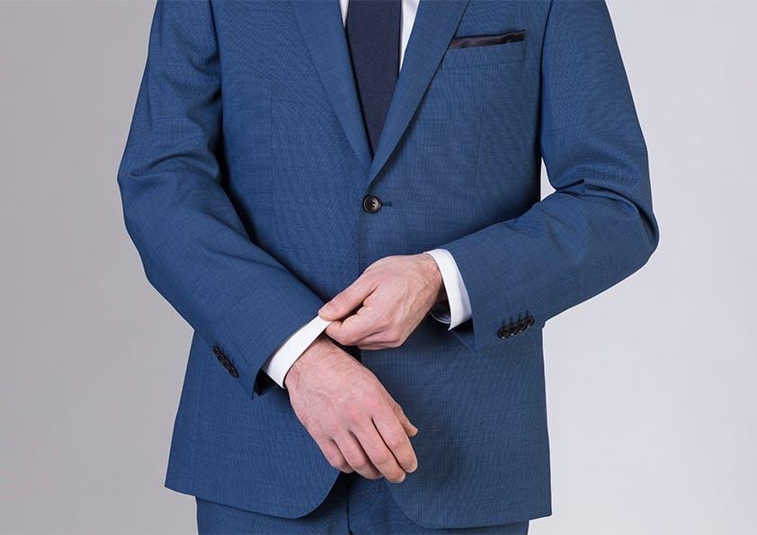 Mann im Anzug – Ärmellänge Daumenbreite