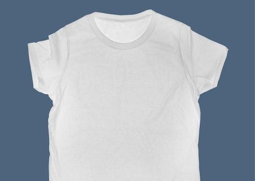 Weißes T-Shirt ausgebreitet