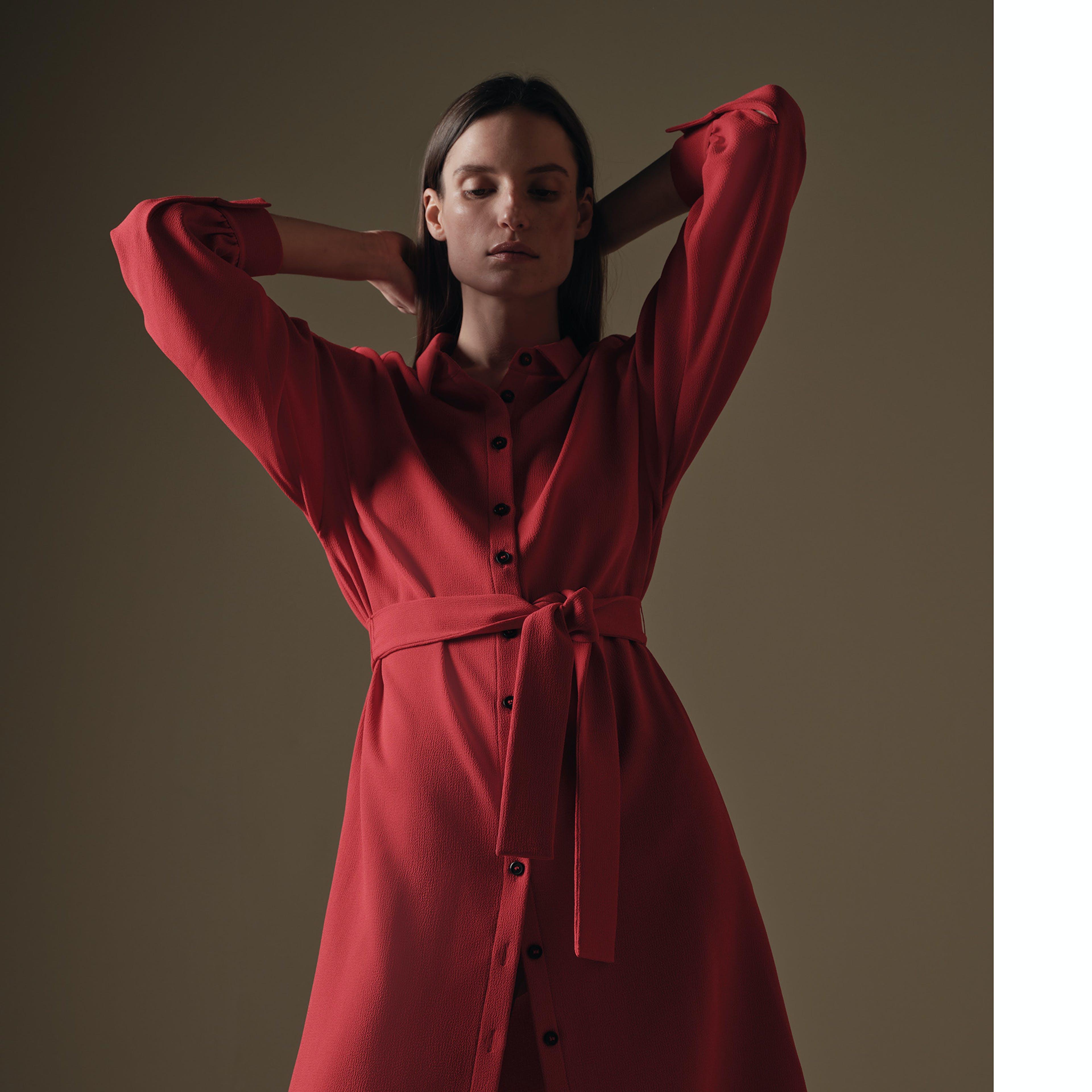 Damen rotes Kleid frontal