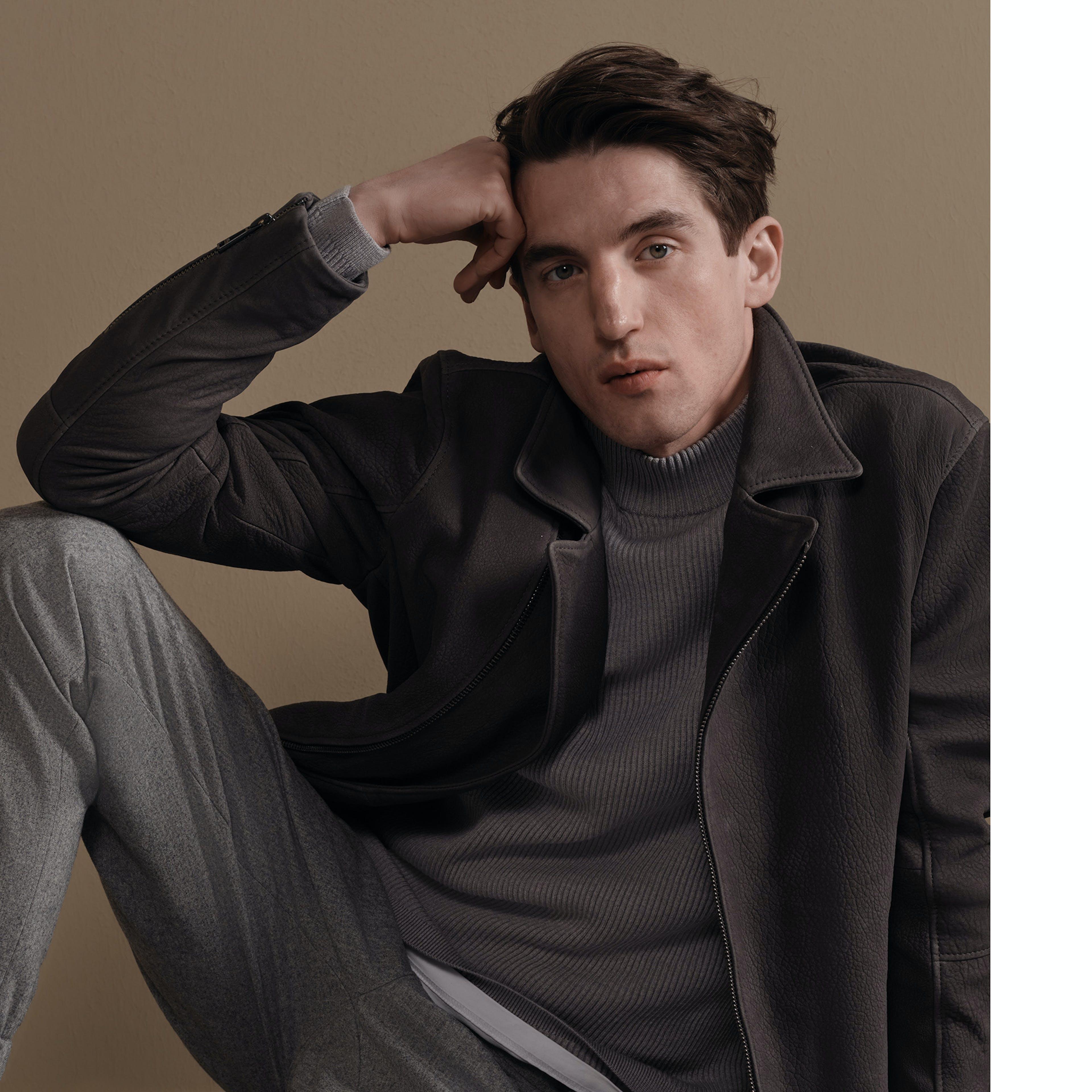Herren Jacke und grauer Pullover