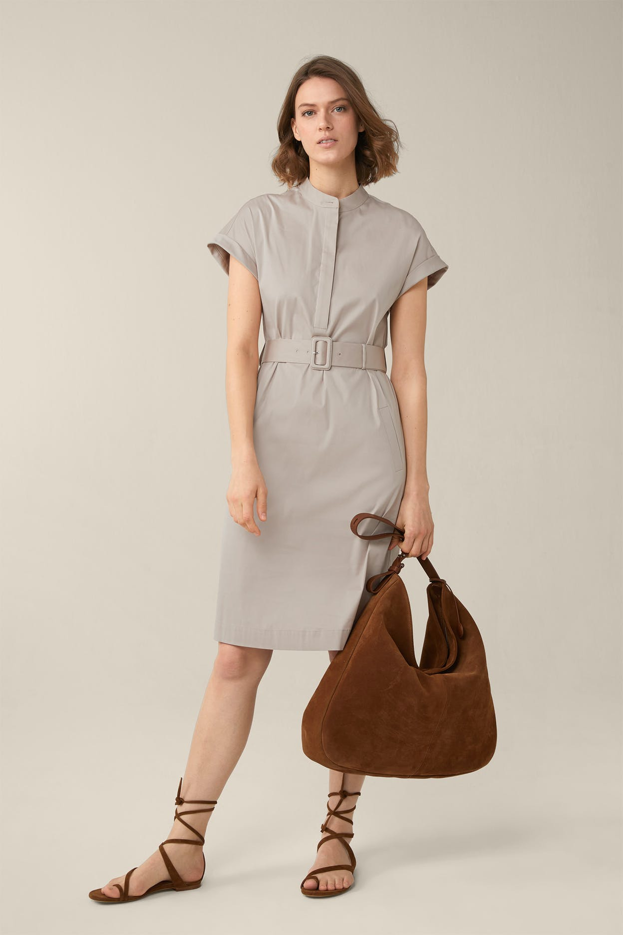 Baumwollstretch-Kleid mit Gürtel in Taupe
