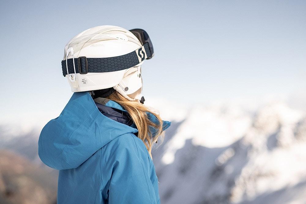 Skifahrerin vor Bergpanorame
