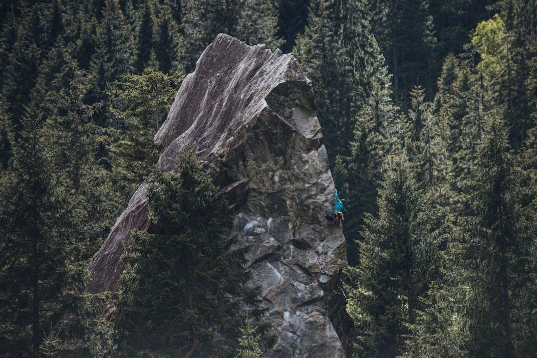 Paesaggio montano con donna che arrampica