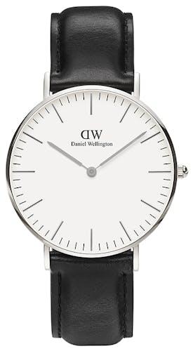 Cette Montre DANIEL WELLINGTON CLASSIC se compose d'un Boîtier Rond de 36 mm et d'un Bracelet en Cuir Noir