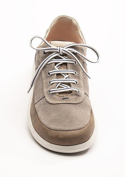 Beiger Sneaker mit weiß/blauem Schnürsenkel in Diagonal-Schnürung.