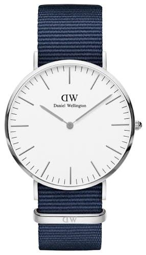Cette montre DANIEL WELLINGTON se compose d'un boîtier Rond de 40 mm et d'un bracelet en Nylon Bleu