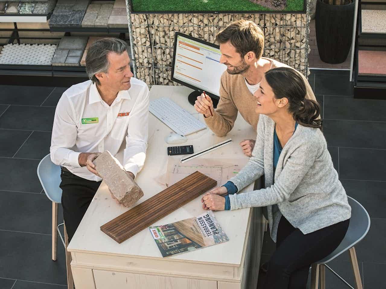 Kunden werden bei ihrem Gartenprojekt im OBI-Markt beraten