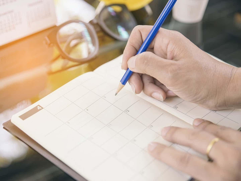 Kunde notiert Termin mit Handwerker