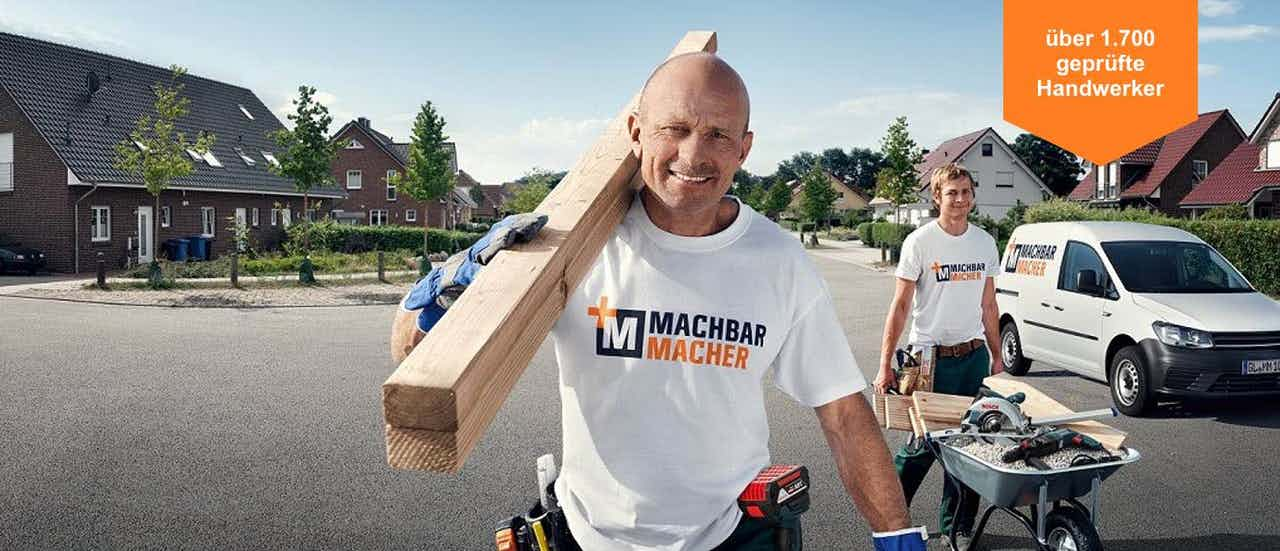 Handwerker gehen mit Geräten zu einer Baustelle