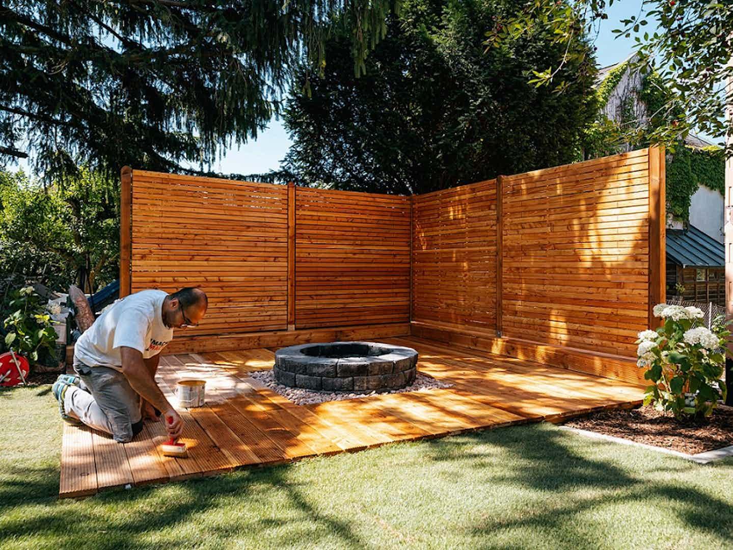Nachher: Holzterrasse mit Holzsichtschutz inklusive Feuerstelle