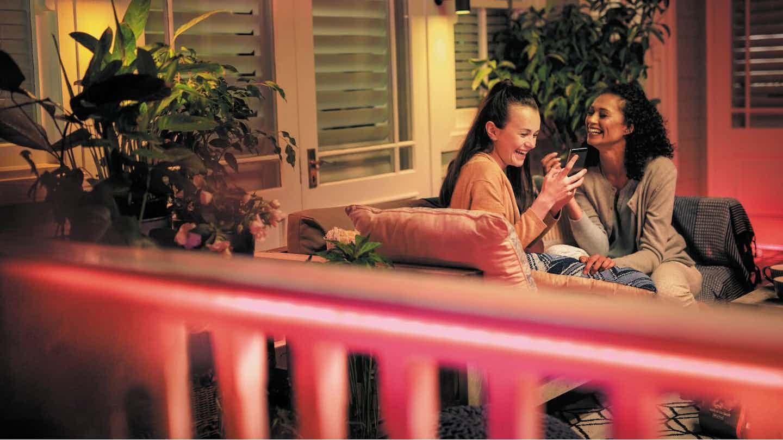 Freundinnen Terrasse Außenbeleuchtung Winter
