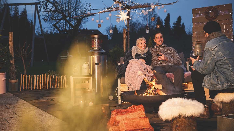 gemütlicher abend mit lagerfeuer und punsch im winter