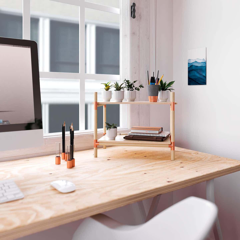 Kleines Regal aus Kupfer und Holz für den Schreibtisch