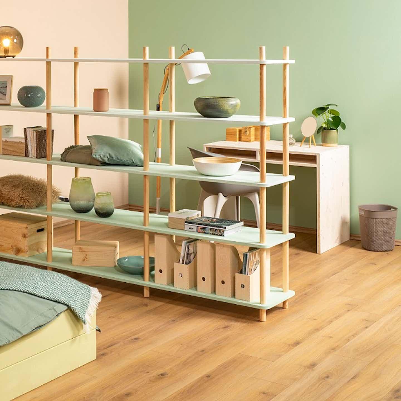 Selbst gebautes Regal als Raumtrenner im Schlafzimmer