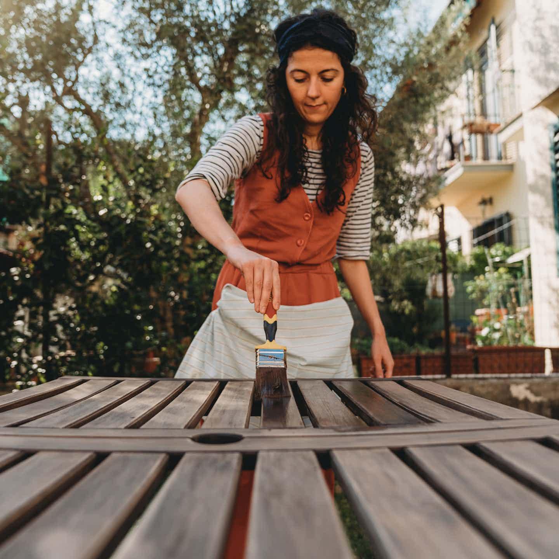 Gartenmöbel nach Verwitterung neu lackieren