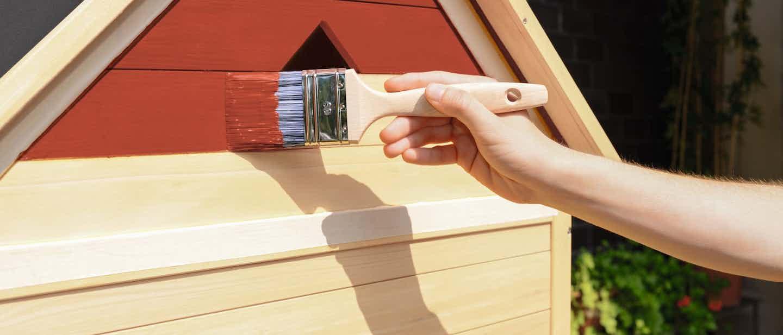 Rote Holz-Farbe für außen rot auftragen
