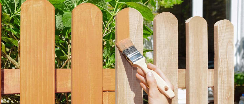 Holzschutz-Farbe orange für Zäune