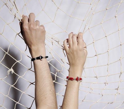Ce Bracelet Les Haubans est en Acier et Corde Rouge en forme d'Ancre