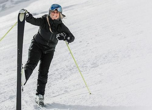 Skifahrerin stellt Ski auf