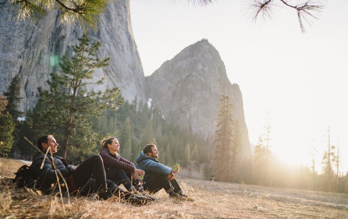 Persone sedute in ambiente montano