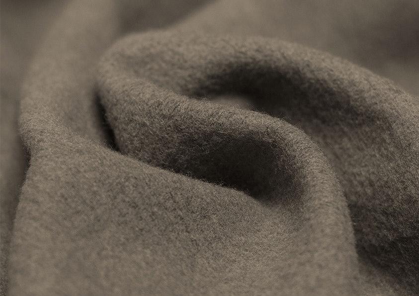 Brauner Stoff mit feinen Fasern.