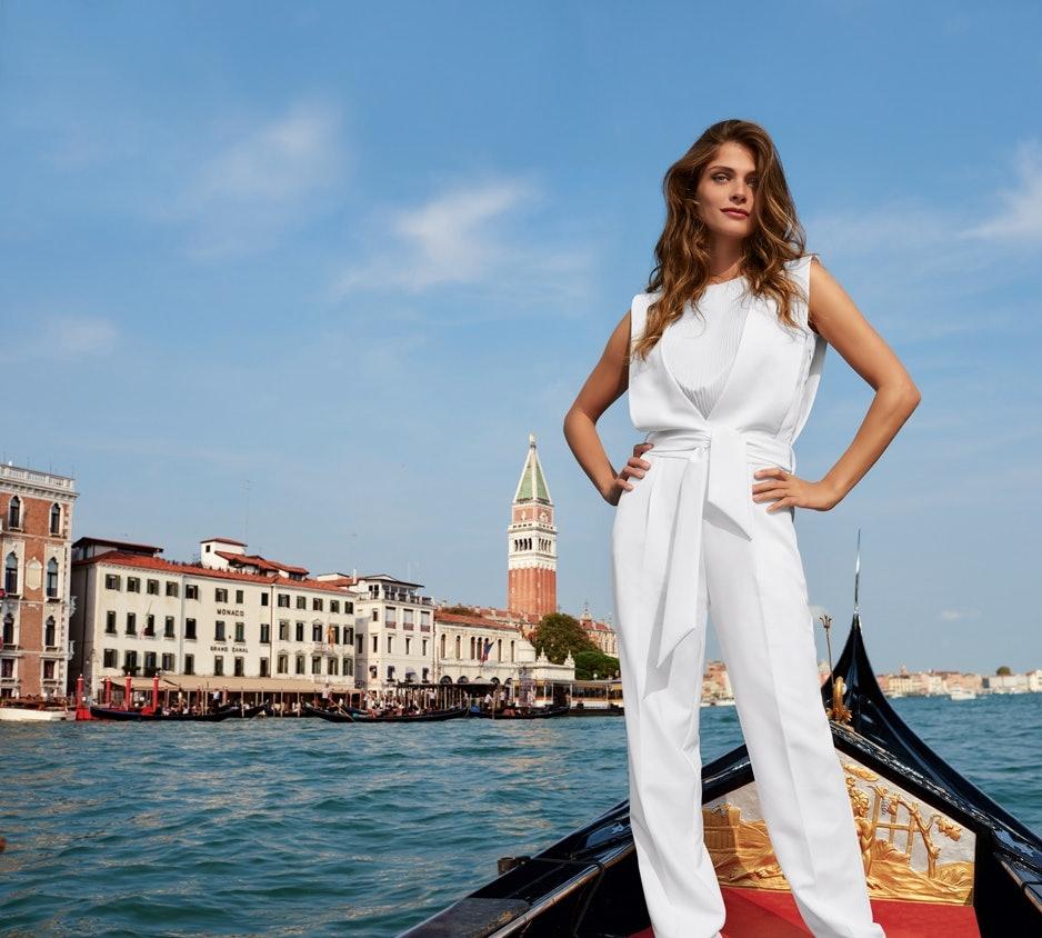 Elisa Sednaoui stehend auf einer Gondel im Kanal von Venedig.