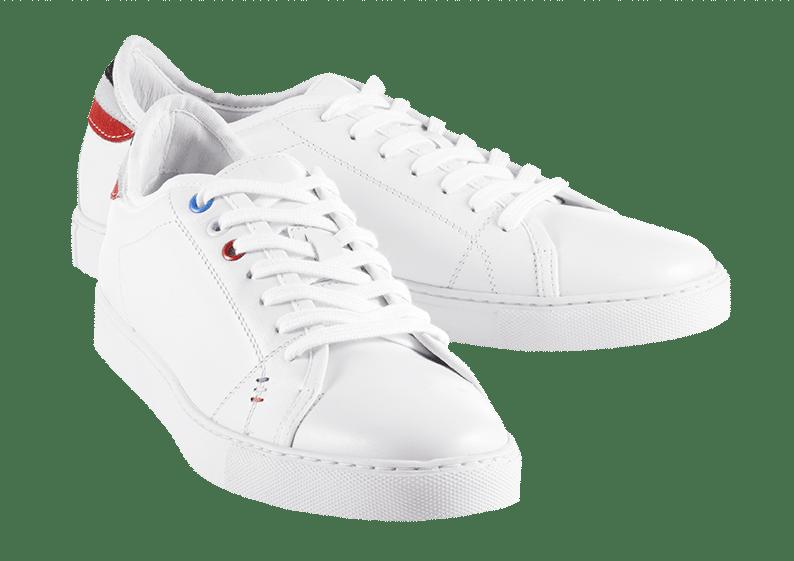Weiße Sneaker mit Schnürsenkeln und farbigen Akzenten.