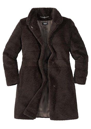 Brauner Mantel mit Knöpfen.