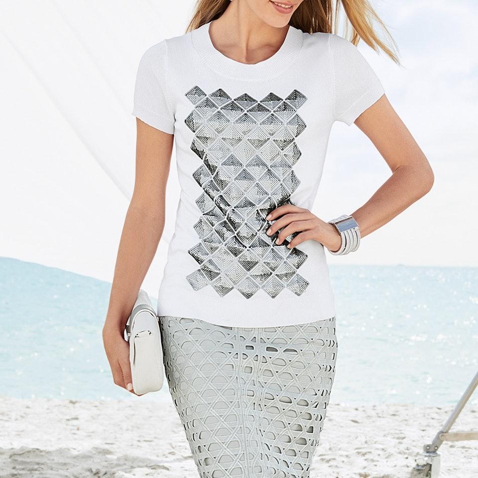 Frau mit Rock und Shirt am Strand