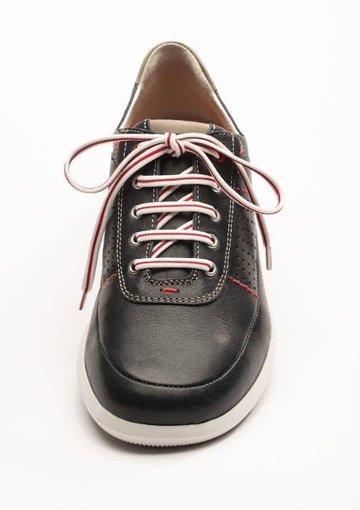Schwarzer Sneaker mit rot/weißem Schnürsenkel in Parallelschnürung.