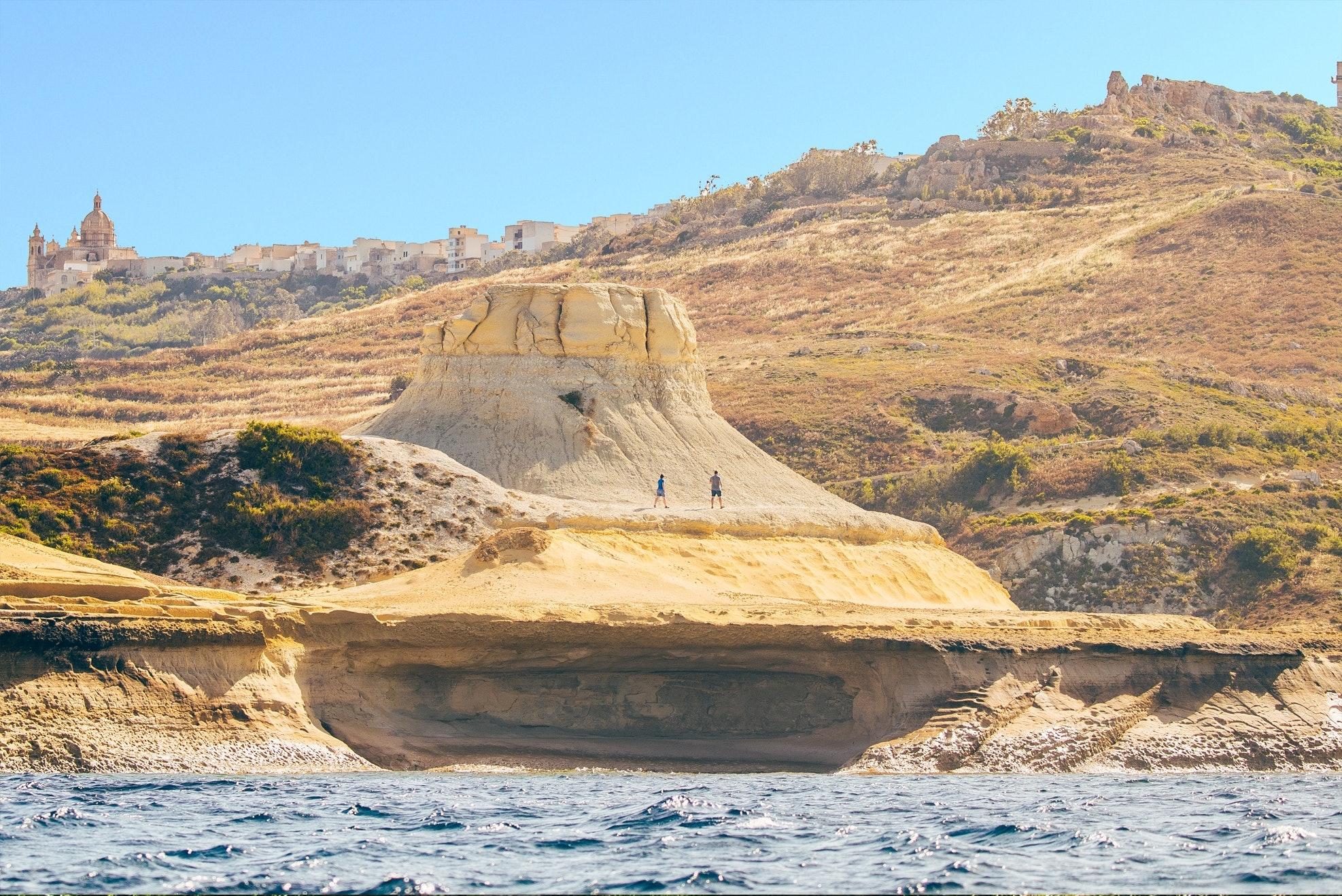 Blick auf steinige Felsenklippe in Malta.