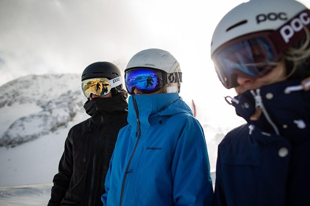 Wintersportler mit Skihelmen
