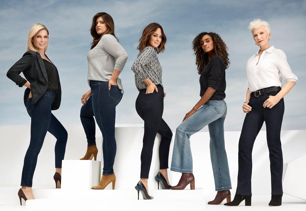 Fünf Frauen in Jeans, Oberteil und High Heels.